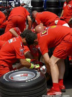 Ferrari takım elemanları get ready for pit stop practice