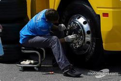 Renault F1 takım elemanı cleans up transporter