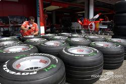 Ferrari takım elemanı prepares lastikleri