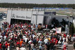 Fans en el área de paddock de Mercedes