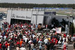 Fans, Mercedes padok area