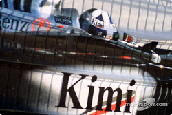 Kimi Raikkonen con el casco de David Coulthard en pantalla gigante