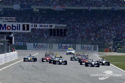 Хуан-Пабло Монтойя лидирует на старте гонки