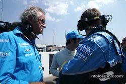 Flavio Briatore y Jarno Trulli en la parrilla de salida