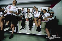 Jacques Villeneuve con miembros del equipo BAR