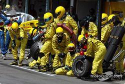 Miembros del equipo Jordan listos para pitstop