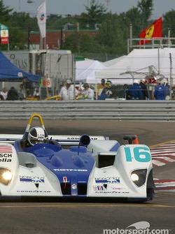 la Lola EX257/AER MG n°16 de l'équipe Dyson Racing Team pilotée par James Weaver, Butch Leitzinger