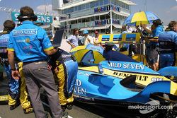 Renault F1 takım elemanları gridde