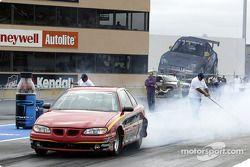 Un stock car fait chauffer les pneus