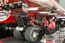 L'équipe de Doug Kalitta travaille dur sur sa voiture