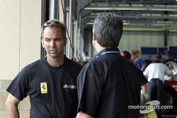 Les membres de l'équipe Ferrari discutent