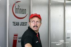 Un homme sans nom attend dans le garage Joest
