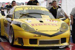 la Porsche 911 GT3RS n°60 de l'équipe P.K. Sport durant l'inspection technique