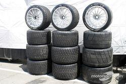Divers pneus attendent leur installation
