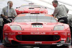 Les Ferrari 550 Maranello n°80 et n°88 de l'équipe Prodrive durant l'inspection technique