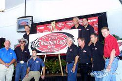 Les champions de la Winston Cup forme l'année RJR: Benny Parsons, Bobby Allison, Richard Petty, Jeff Gordon, Bobby Labonte, Terry Labonte, Bill Elliott, Rusty Wallace, Tony Stewart