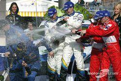 Champagne pour Markko Martin, Michael Park, Richard Burns, Robert Reid, Petter Solberg et Phil Mills