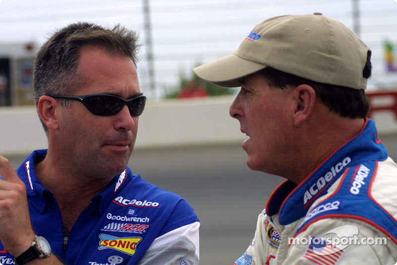 Ricky Viers et Ron Hornaday discute de la piste