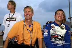 Jon Wood avec son père Eddie et son oncle Len
