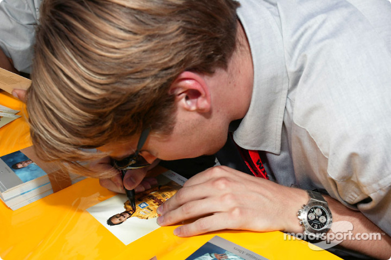 Autograph session: Christijan Albers has fun with Laurent Aiello's card