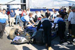 La #20 Dyson Racing Team Lola EX257/AER MG accidentée