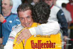Le vainqueur Laurent Aiello célèbre sa victoire avec Jean Alesi