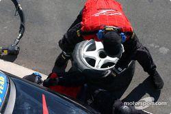 Les mécaniciens du Team Dynamik travaillent sur la voiture de Simon Wills
