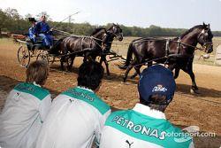 L'équipe Sauber visite un parc équestre hongrois typique : Nick Heidfeld et Heinz-Harald Frentzen