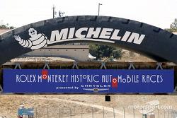 Bienvenue aux courses automobiles historiques de Monterey 2003 ; Chrysler est la marque présentatric