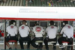 Jacques Villeneuve sur le muret des stands BAR