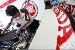 Un mécanicien Honda
