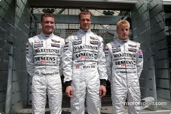 David Coulthard, el tercer conductor Alexander Wurz y Kimi Raikkonen