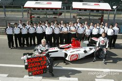 Jacques Villeneuve, Jenson Button et les membres de l'équipe BAR-Honda célèbrent le 250e Grand Prix de Honda