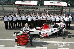 Jacques Villeneuve, Jenson Button y los miembros del equipo BAR Honda celebran 250 gran premio de Ho