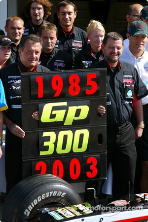 Giancarlo Minardi, Paul Stoddart, d'anciens pilotes et des membres de l'équipe Minardi célèbrent le 300e Grand Prix de l'écurie