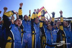 Renault F1 takım elemanları celebrate