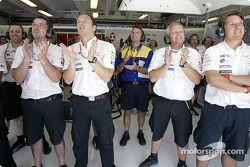 Les membres de l'équipe Jaguar observent le tour de qualification de Mark Webber