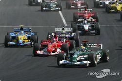 Start: Rubens Barrichello batttles ve Mark Webber