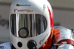 Un membre de l'équipe Toyota prêt pour des essais de départ