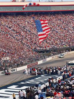 Cérémonie pré-course : un parachutiste avec le drapeau américain