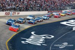 Départ : Jeff Gordon prend la tête de la course