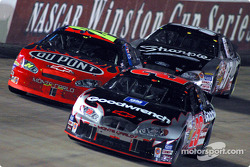 Kevin Harvick devance Jeff Gordon et Kurt Busch