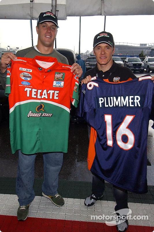 Jake Plummer, quaterback des Broncos de Denver, rend visite à Adrian Fernandez