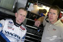 Mark Martin discute avec Carl Edwards