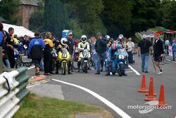 Warm-up des 125cc britanniques dans les stands