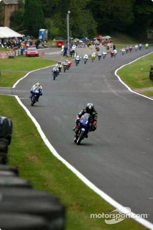 Le peloton de 125cc en pleine aspiration dans la ligne droite des stands
