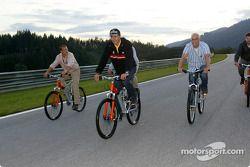 Karl Wendlinger, Abt Sportsline, Abt-Audi TT-R 2003 mit dem Fahrrad auf dem A1-Ring mit Journalisten