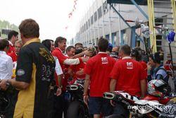 Le Team Fila Ducati et les médias félicitent Neil Hodgson