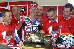 Neil Hodgson et Team Ducati Fila sont les champions 2003 de WSB : félicitations, les gars !