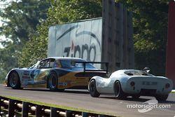 La #5 Oldsmobile Aurora de 1991, détenue par Steven Cohen, devance la #25 Porsche 910 de 1967, détenue par Michael Malone